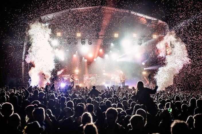 kendal calling festival main stage confetti and smoke the vaccines